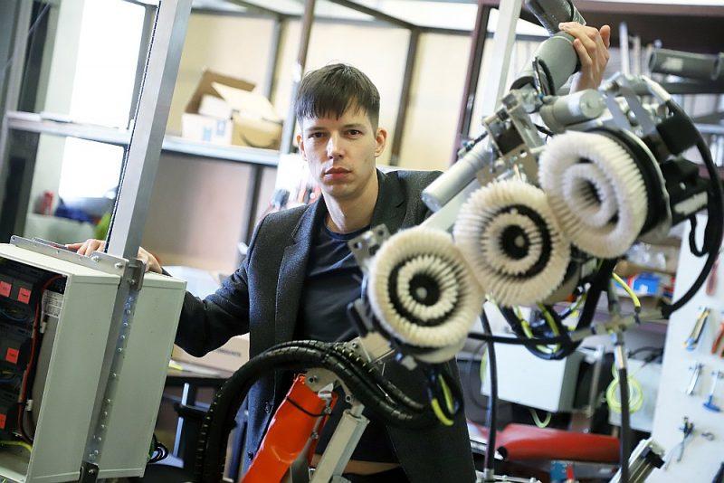 """""""Aerones"""" līdzdibinātājs un valdes priekšsēdētājs Jānis Putrāms: """"Viduvējības pasaulē nevienam nav vajadzīgas. Labāk darbojies šaurā sfērā, bet darbu paveic izcili,"""" un demonstrē pasaulē pirmo robotu vēja turbīnu lāpstiņu apskatei no iekšpuses."""