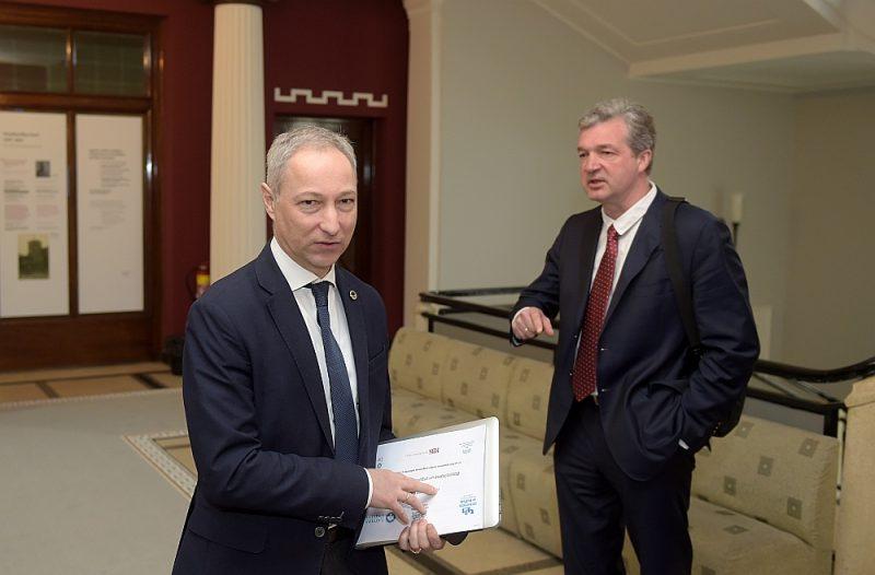 """JKP līderis Jānis Bordāns (no kreisās) saskatījis Ata Zakatistova darbībā """"reputācijas  problēmas un kvalitātes riskus""""."""