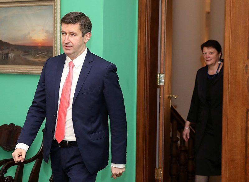 """Laikā, kad Vjačeslavs Dombrovskis bija izglītības un zinātnes ministrs, Evija Papule bija ministrijas ierēdne, bet tagad kļuvusi par viņa uzticīgu politisko sekotāju. Abi vienlaikus kļuva par """"Saskaņas"""" kandidātiem Saeimas vēlēšanās, bet tagad kopā veidos partiju."""