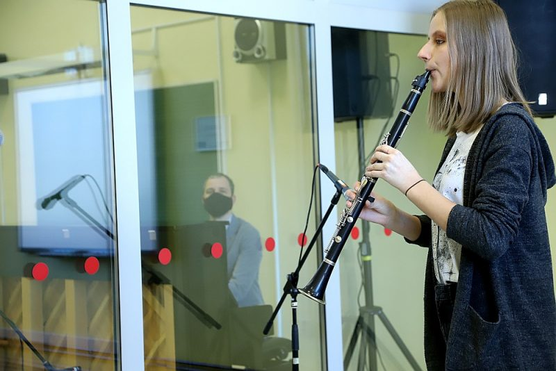 """Jāzepa Mediņa Rīgas mūzikas vidusskolai ir nestandarta atbilde pandēmijai – """"drošajā klasē"""" audzēkni un pedagogu šķir gaisu necaurlaidīga stikla siena, bet skaņu kā ierakstu studijā nodrošina aparatūra."""