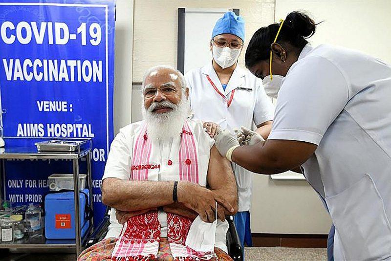 """Indijas premjerministrs Narendra Modi šonedēļ tika potēts ar pašmājās izgatavotu vakcīnu """"Covaxin"""", taču aptaujas liecina, ka indieši neuzticas vietējām vakcīnām."""