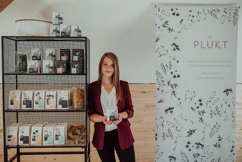 """Māras Lieplapas dibinātajam SIA """"Plūkt"""" izdevies ielauzties tējas eksporta tirgū, pateicoties atšķirīgajam – tējām no Ziemeļeiropas augiem, kas tirgū gandrīz nav pārstāvēti."""