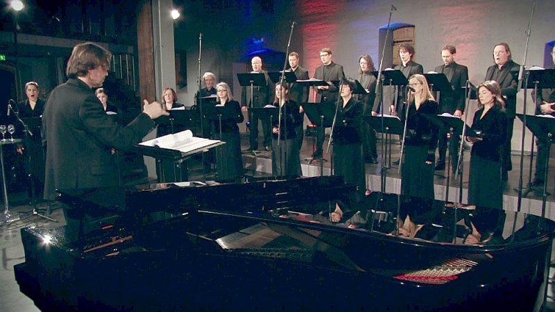 """Ekrānuzņēmums no Latvijas Radio kora programmas """"A-Ronne"""" tiešsaistes koncerta 12. martā diriģenta Kaspara Putniņa vadībā."""