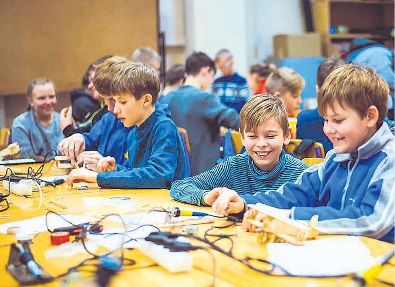 Lai sekmētu nozares izaugsmi un popularizēšanu, Latvijas Elektrotehnikas un elektronikas rūpniecības asociācija (LETERA) jau ilgstoši atbalsta elektronikas un robotikas pulciņu izveidošanu vidusskolās, papildina eksakto zinātņu pedagogu prasmes un motivē viņu darbību, regulāri rīko atraktīvus valsts mēroga konkursus par savas nozares sniegtajām iespējām un aktuālajām tēmām.