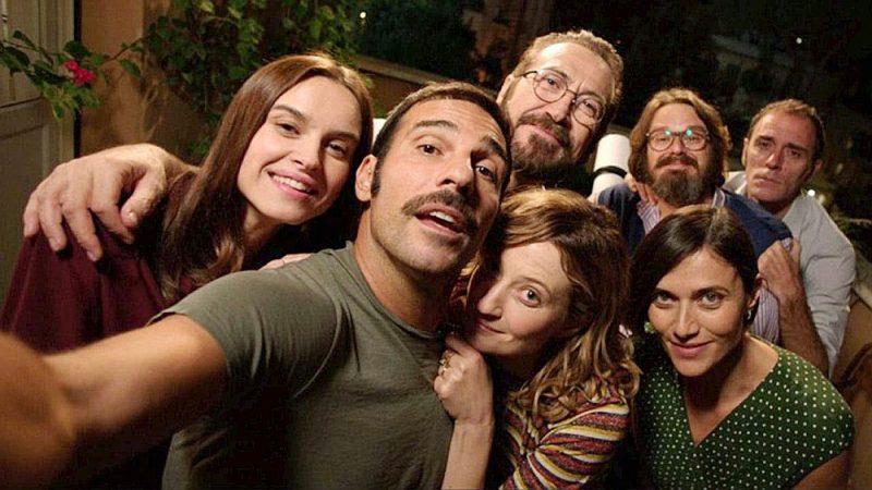 """Itāļu režisora Paolo Dženovēzes filma """"Pilnīgi svešinieki"""" izpurina sabiedrībā pieņemtās morāles normas, atklājot, cik maz mēs zinām viens par otru."""