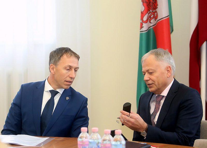 Liepājas mērs Jānis Vilnītis (no kreisās) pārstāv Latvijas Reģionu apvienību, bet viņa  vietnieks Uldis Sesks Liepājas partiju, kurai ir sadarbība ar Zaļo un zemnieku savienību. Šie spēki nav pie varas lielajā politikā, bet pašvaldībai ir būtiska sadarbība ar valdību.