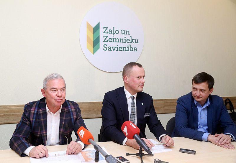 Ne Latvijas Zemnieku savienības priekšsēdētājs Armands Krauze (no labās), ne Zaļās  partijas valdes priekšsēdētājs Edgars Tavars neredz pamatu norobežoties no Aivara  Lemberga.