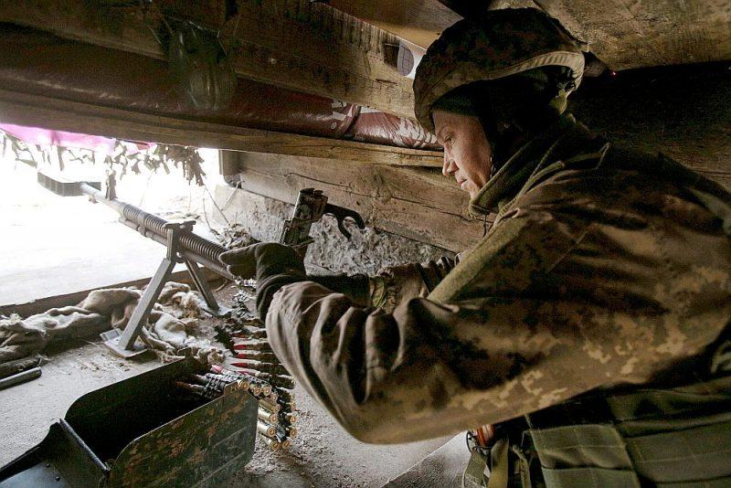 Ukrainas armijas karavīrs pozīcijās pie frontes līnijas Doņeckas apgabalā, kura daļu kontrolē Krievijas atbalstītie separātisti.
