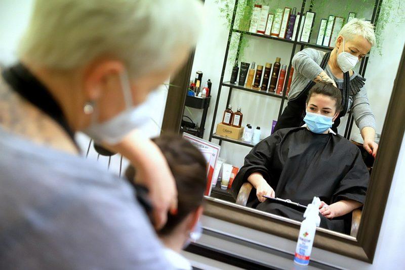 """Skaistuma studijas """"Loka"""" friziere Sanita Butlere sapoš klienti Natāliju, ievērojot visus izvirzītos nosacījumus drošai pakalpojuma sniegšanai."""