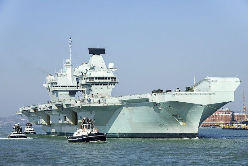 """Lidmašīnu bāzes kuģis """"HMS Queen Elizabeth"""" 1. martā devās izmēģinājuma braucienā no Portsmutas militārās bāzes, bet maijā stāsies ierindā britu kara flotē."""