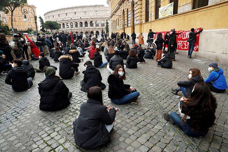 Studenti Romā, protestējot pret skolu slēgšanu Itālijā, sarīkojuši āra nodarbību pie Kolizeja.