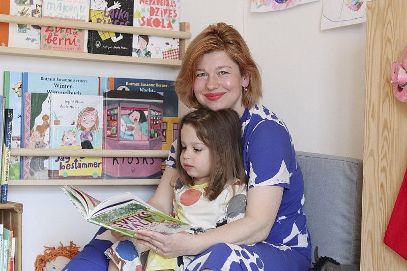 """""""Kopš man pašai ir meita, ir sajūta, ka tikai tagad es tā pa īstam saprotu, ko es vispār daru. Mana nodarbošanās manās acīs ir ieguvusi jaunu, dziļāku jēgu,"""" saka māksliniece Anete Melece. Attēlā – Anete kopā ar meitu Stellu."""