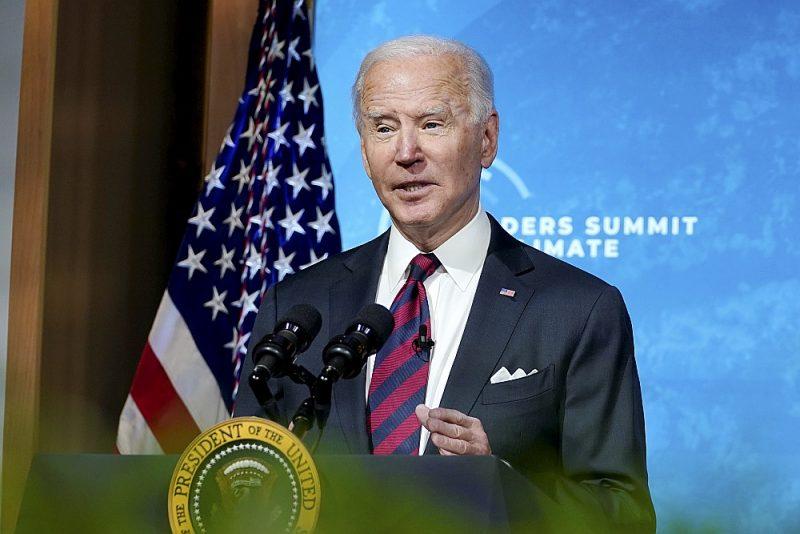 Videokonferencē uzrunājot klimata samita dalībniekus, ASV prezidents Džo Baidens paziņoja, ka ASV apņemas līdz 2030. gadam samazināt oglekļa dioksīda izmešu apjomu uz pusi salīdzinājumā ar 2005. gada līmeni.