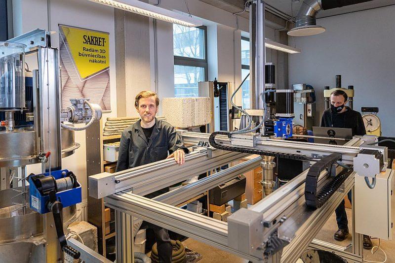 """3D betona drukāšanas laboratorijas vadītājs, RTU Būvniecības inženierzinātņu fakultātes vadošais pētnieks Māris Šinka: """"Šobrīd Baltijā nav neviena, kam būtu infrastruktūra un zināšanas par visiem 3D betona printēšanas posmiem – sauso materiālu izgatavošanu, printeri, printera galvu un padeves iekārtām, modelēšanu un programmatūru, materiālu īpašībām un to testēšanu svaigā un sacietējušā stāvoklī, konstrukciju projektēšanu, normatīviem un likumdošanu."""""""