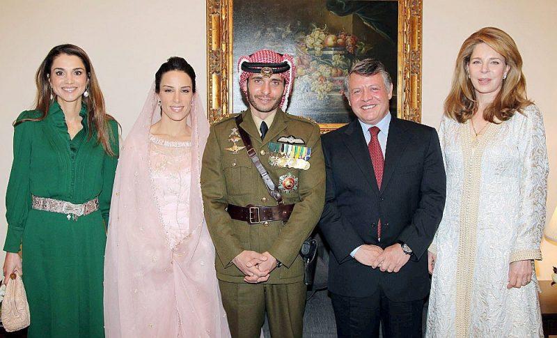 Karaliskā dzimta. Princis Hamza karavīra formā, pa labi no viņa karalis Abdulla II un karaļa Huseina I atraitne Nūra. Pa kreisi no Hamzas viņa dzīvesbiedre Basma un karaliena Ranja.