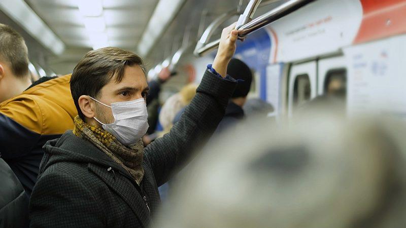Francijā par maskas nevalkāšanu sabiedriskajā transportā var sodīt ar 35 eiro naudas sodu.