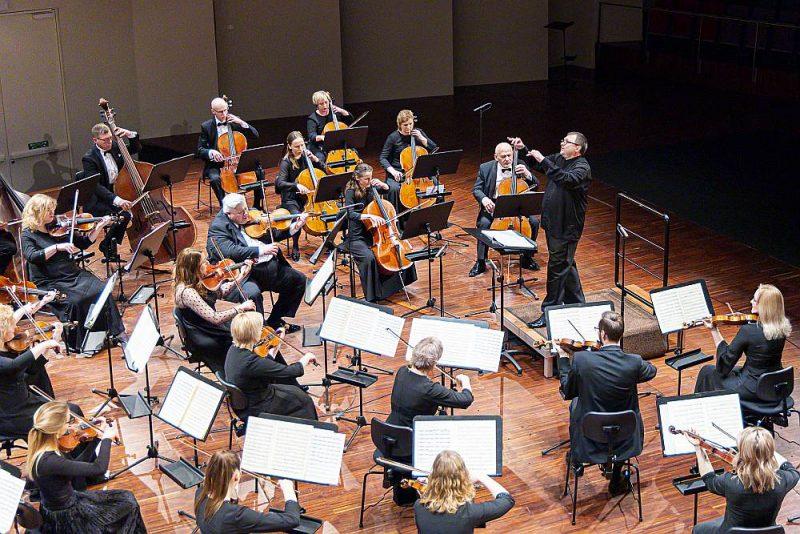 """Ar Pētera Čaikovska Ceturto jeb """"Liktens simfoniju"""" diriģenta Andra Vecumnieka vadībā noslēdzies Liepājas Simfoniskā orķestra tiešsaistes koncertcikls """"Simfonija tuvāk""""."""