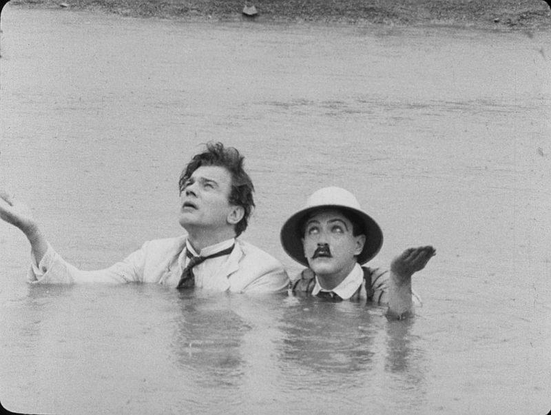 """Kadrs no Orsona Velsa leģendārās filmas """"Par daudz Džonsona""""."""