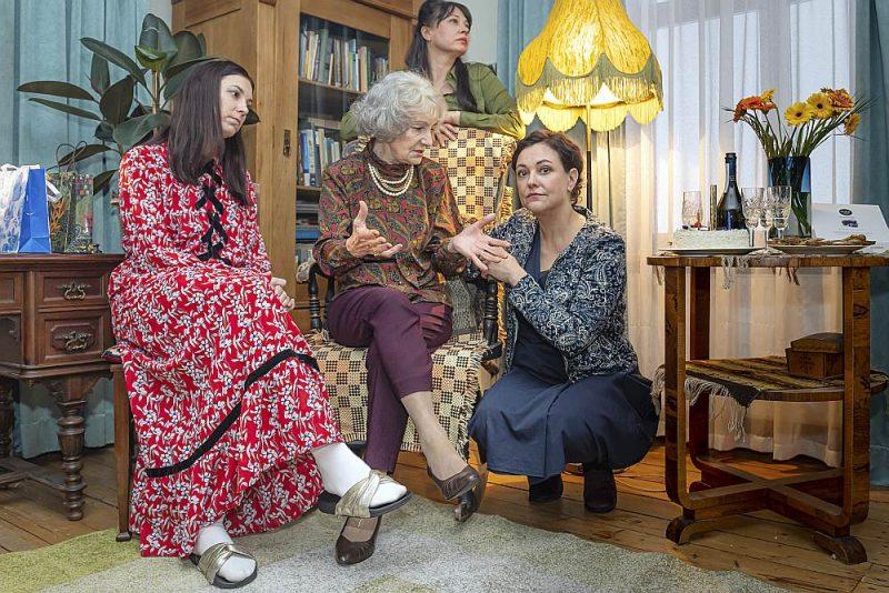 """""""Mamma vēl smaida"""" galvenajās lomās iejutušās spilgtas aktrises: Anta Aizupe, Lidija Pupure, Daiga Kažociņa un Baiba Broka."""