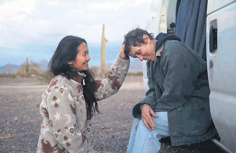 """Hlojas Žao filma """"Nomadu zeme"""" piešķirta BAFTA balvas kategorijās """"Labākā filma"""", """"Labākā režija"""", """"Labākais operators"""", bet aktrise Frēnsisa Makdormande saņēmusi labākās aktrises titulu."""