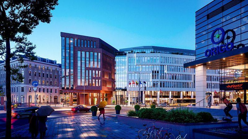 """Pretī dzelzceļa stacijai sākta septiņu stāvu biroja kompleksa """"Novira Plaza"""" būve."""
