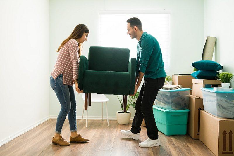 Pirms pārcelšanās ieteicams izmest liekās lietas un izvērtēt arī mēbeļu piemērotību jaunajā mājoklī.