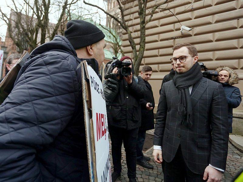 Vairāki dundadznieki izteica aizdomas, ka Artūrs Toms Plešs nezinot, kādas politiskās aizkulišu spēles novadā notiek, lai gan tajās iesaistīta arī ministra pārstāvētā partija.