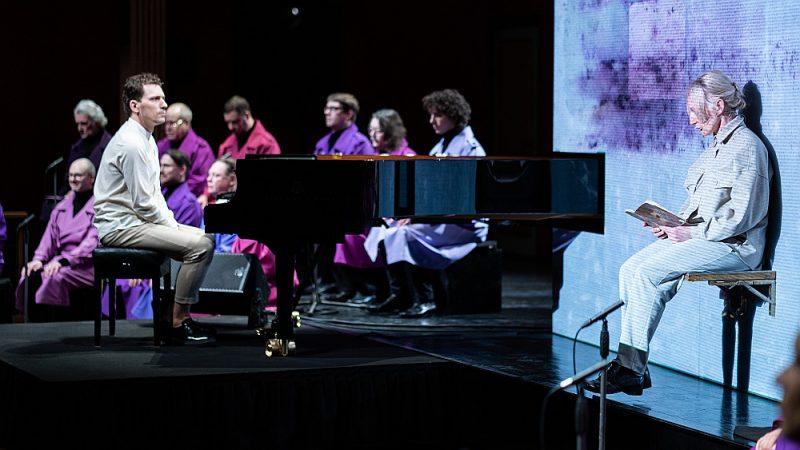 """Pianists Reinis Zariņš, aktrise Guna Zariņa un Latvijas Radio koris Lidijai Lasmanei-Doroņinai veltītājā koncertizrādē """"Purpura pārdevēja""""."""