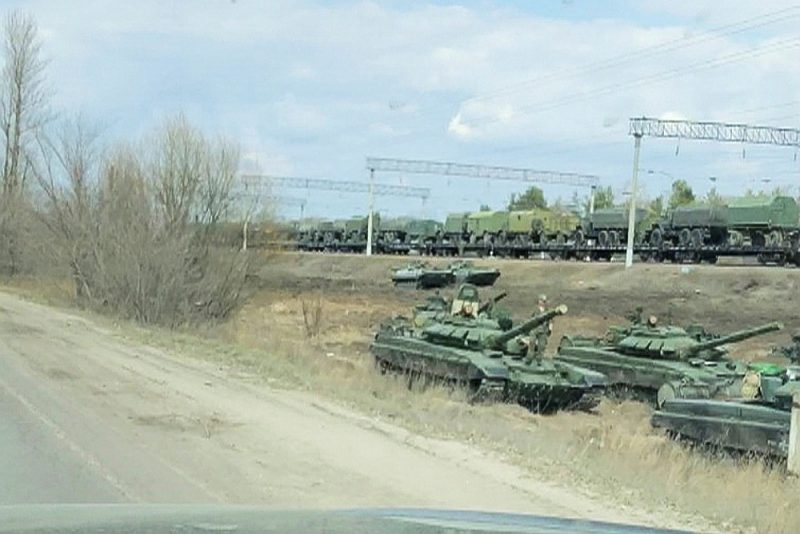 """Kadrs no aģentūras """"Reuters"""" slepus uzņemtā video demonstrē Krievijas militārās tehnikas izkraušanu Maslovkas stacijā, pārsimt kilometru no Ukrainas robežas."""