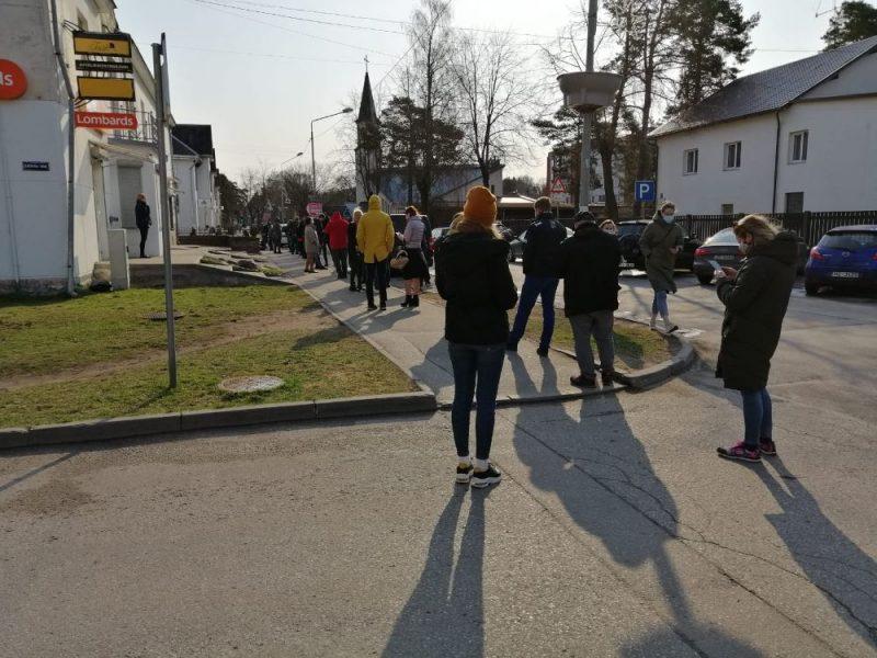 """Cilvēki stāv """"dzīvajā rindā"""", lai saņemtu """"AstraZeneca"""" vakcīnu pret Covid-19"""