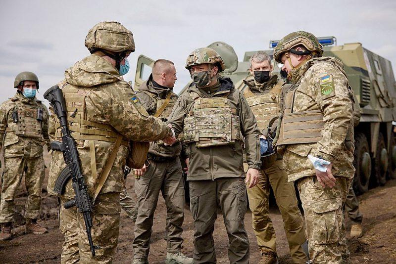 Karš Donbasā lielā mērā sastāv no propagandas, un arī Ukrainas prezidenta, valsts bruņoto spēku virspavēlnieka Volodimira Zelenska brauciens uz fronti tika plaši atspoguļots medijos.
