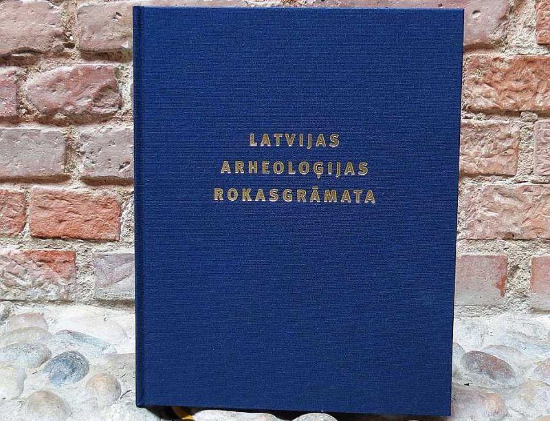 """""""Latvijas arheoloģijas rokasgrāmata"""" sniedz informāciju par visiem nozīmīgākajiem Latvijas arheoloģiskajiem objektiem."""