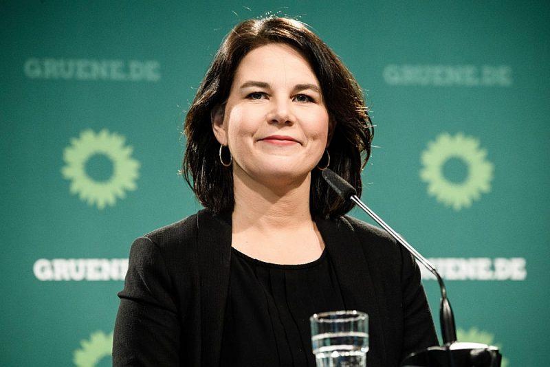 Annalēna Bērboka, kura ieguvusi juristes diplomu Londonas Ekonomikas skolā, ir Bundestāga deputāte kopš 2013. gada.