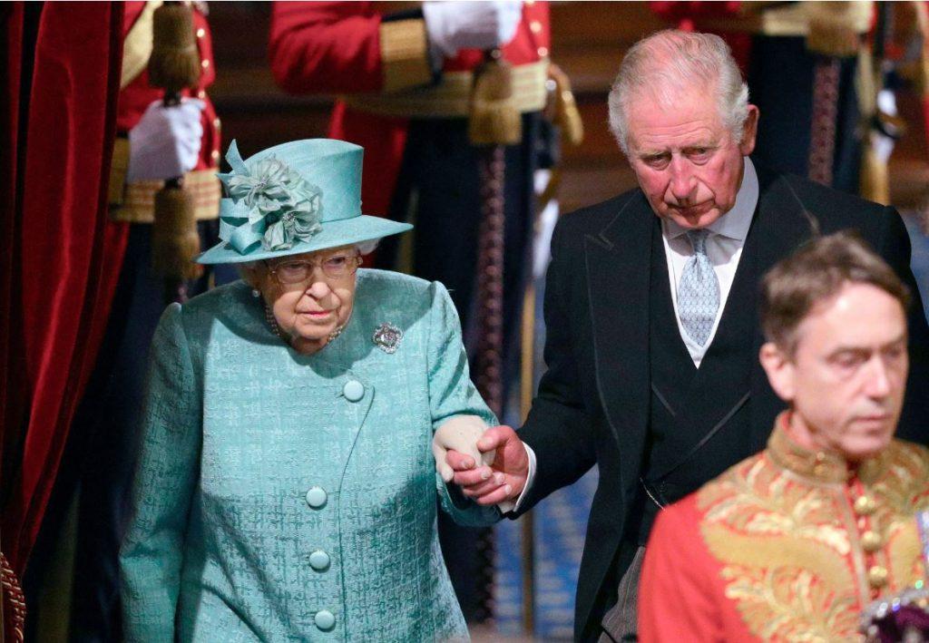 Princis Čārlzs (no labās) kopā ar savu mammu, Lielbritānijas karalieni Elizabeti II.