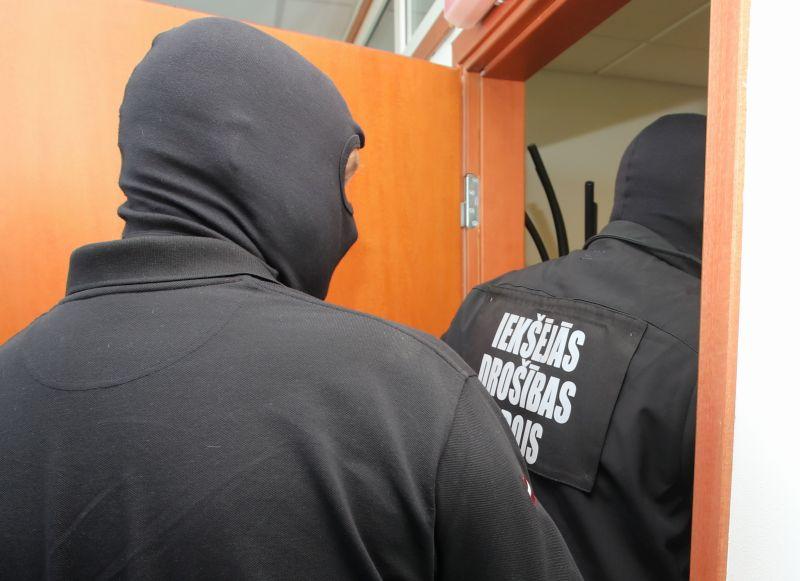 Iekšējās drošības biroja darbinieki savas identitātes neatklāj – tā arī šajā gadījumā pirms pāris gadiem, kad uz tiesu tiek nogādāts aizturētais Valsts robežsardzes darbinieks.