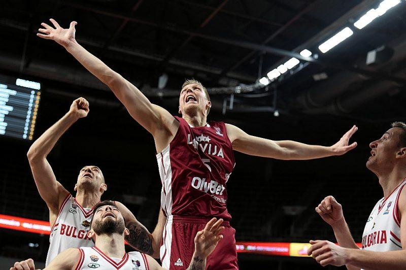 Latvijas izlasei un Marekam Mejerim (centrā) no bedres, kurā komanda nokļuvusi, nāksies kāpt ārā ar spēlēm pret Rumāniju un Baltkrieviju.