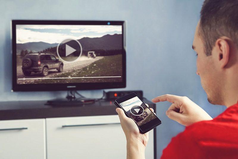 Viedtālrunī skatāmo video itin viegli var pārnest uz televizora ekrānu.