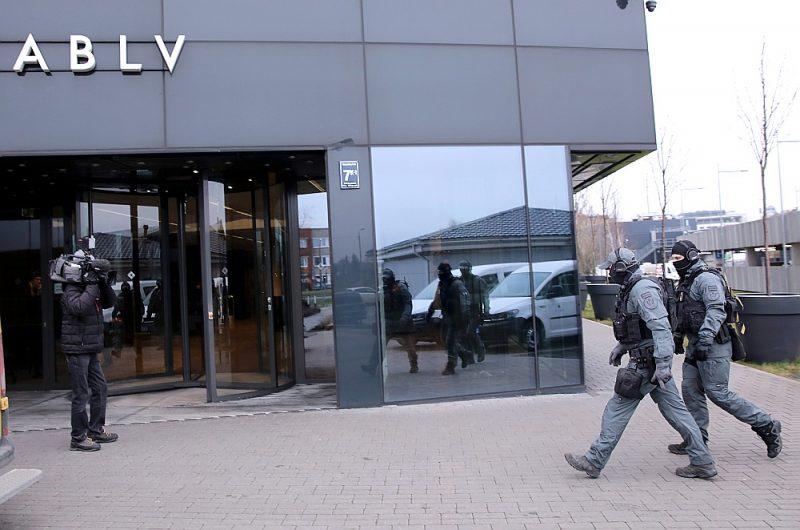 """Valsts policijas pretterorisma vienības """"Omega"""" pārstāvji 2020. gada 28. janvārī ierodas likvidējamajā """"ABLV Bank"""" centrālajā ēkā Skanstes ielā 7, kur KNAB darbinieki veic neatliekamās procesuālās darbības."""