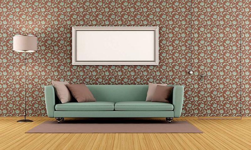 Dzīvojamā istaba ar vintāžas stila tapetēm, ar kurām noslēptas durvis.