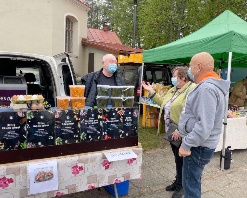 Sestdienās Ilmāru Āboliņu var satikt Skultes tirgū, kur viņš katram pircējam ir gatavs paskaidrot, kā pareizāk un garšīgāk pagatavot Dižvīra pelmeņus.