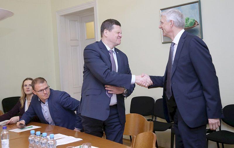 """Zīmīgi, ka premjers Krišjānis Kariņš (no labās) par ekonomikas ministra pienākumu izpildītāju iecēla nevis kādu no """"KPV LV"""", bet gan zemkopības ministru Kasparu Gerhardu no Nacionālās apvienības."""