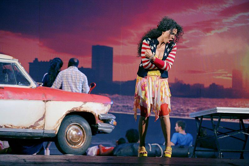 """Žorža Bizē operas """"Karmena"""" 2007. gada iestudējuma darbība pārcelta uz mūsdienu Kubu, Karmenas lomu dzied izcilā Elīna Garanča."""