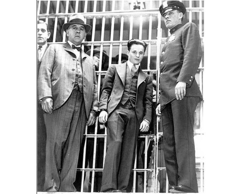 Frensiss Kroulijs (centrā) cietumā.