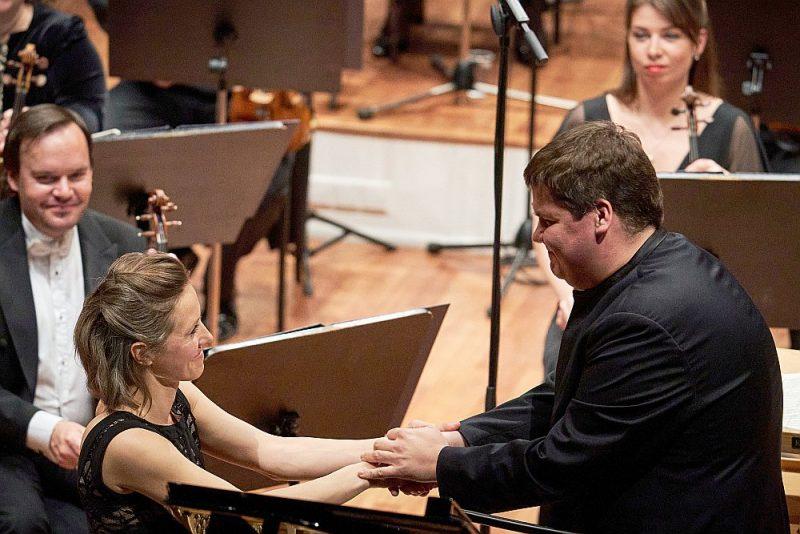 Prokofjeva klavierkoncerta lasījumā Elīnas Bērtiņas saspēle ar orķestri diriģenta Andra Pogas vadībā atrada gan krāšņu vitalitāti, gan lirisko ainu dabiskumu un dziļumu.