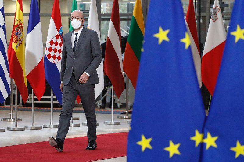 """Eiropadomes priekšsēdētājs Šarls Mišels samitā: """"Divdesmit septiņi valstu un valdību vadītāji vienojās nosodīt notikušo, lai pieprasītu (Baltkrievijai) nekavējoties atbrīvot Romānu Protaseviču un Sofiju Sapegu. /../ Mēs necietīsim mēģinājumus spēlēt krievu ruleti ar nevainīgu civiliedzīvotāju dzīvībām."""""""