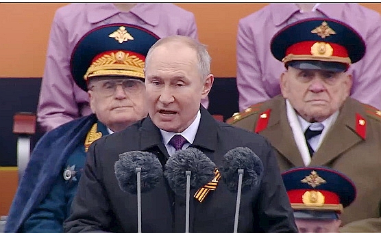 Krievijas prezidents Vladimirs Putins 9. maija parādē Maskavas Sarkanajā laukumā izmantoja Otrā pasaules kara tematiku, sasaistot to ar mūsdienām.