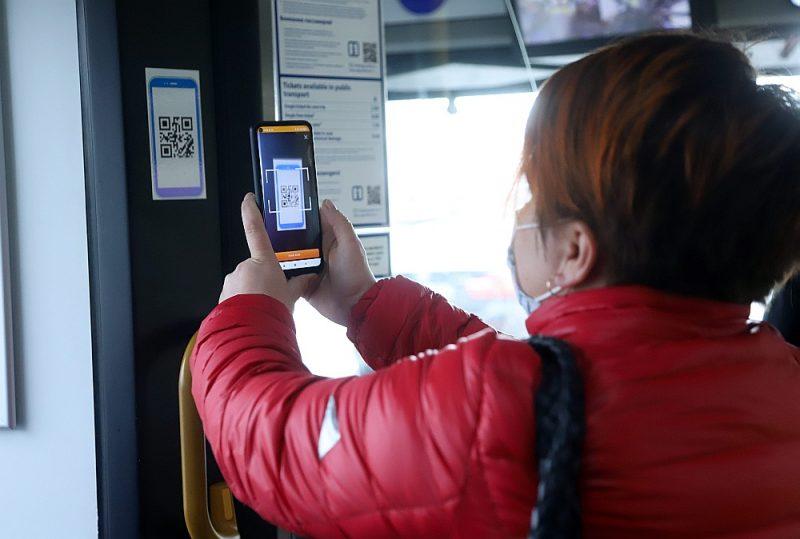"""Viedtālrunis ar atvērtu """"Rīgas satiksmes"""" lietotni būs jāvērš pret QR kodu, kas izvietots transportlīdzeklī, tādējādi aktivizējot biļešu pirkumu."""