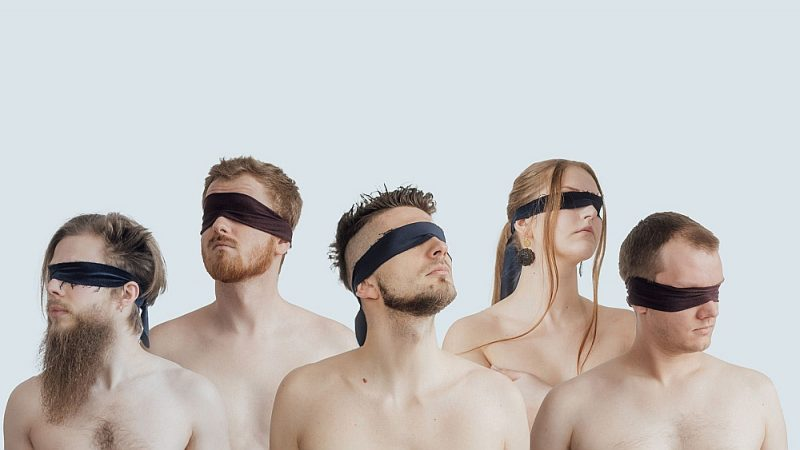 """Grupas """"Rihards Lībietis Orchestra"""" pandēmijas laika albuma """"Willful Blindness"""" (""""Apzināts aklums"""") vāka attēls. Lielāko tiesu līdzekļu 31. maijā gaidāmajam albumam mūziķi savākuši kā pūļa finansējumu, viena kompozīcija ieskaņota par LaIPA stipendijas līdzekļiem."""
