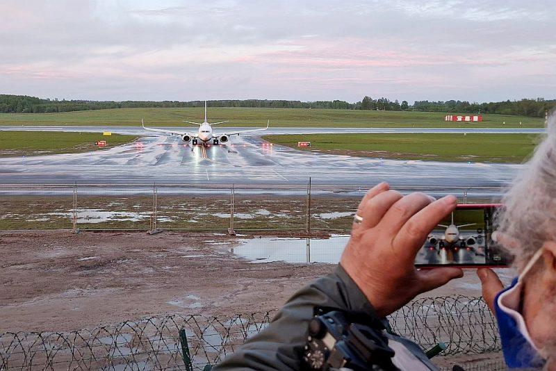"""Minskā sagrābtā """"Ryanair"""" lidmašīna svētdienas vakarā nolaidās Viļņas lidostā, bet pasažieru vidū vairs nebija Baltkrievijā aizturētā Romana Protaseviča."""