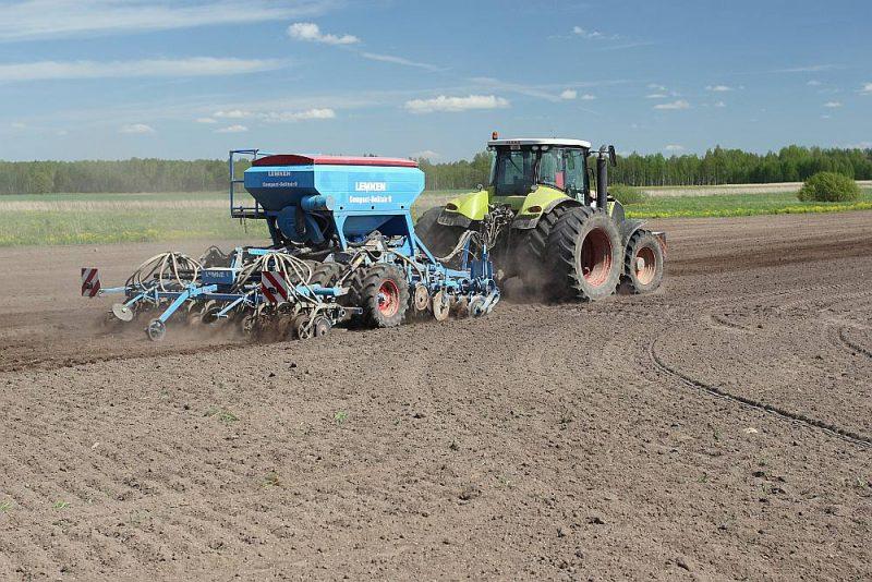 Mums ir aptuveni 740 bagātu lielsaimniecību, kam pretī – nedaudz virs 60 000 mazo sētu ar desmit un mazāk hektāriem.